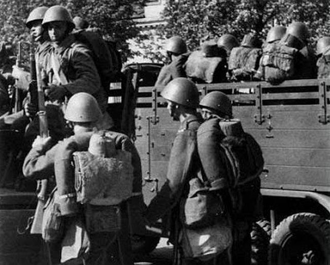 mobilizace_září_1938_vojáci_nastupují_na_náklaďáky