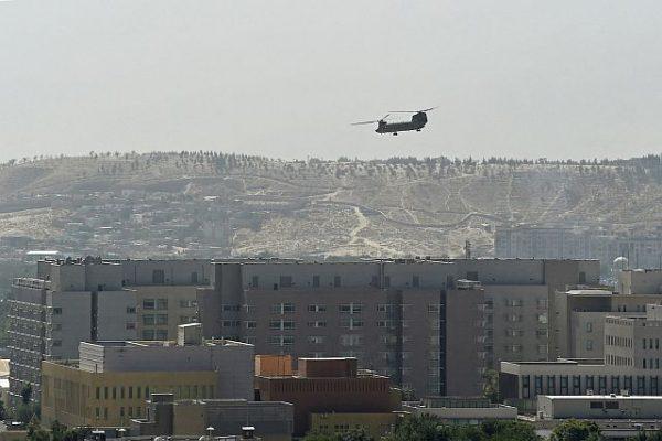 Americký vojenský vrtulník letící nad americkým velvyslanectvím v Kábulu 15. srpna 2021. Foto: Mgr: Foto: AFP / Wakil Kohsar